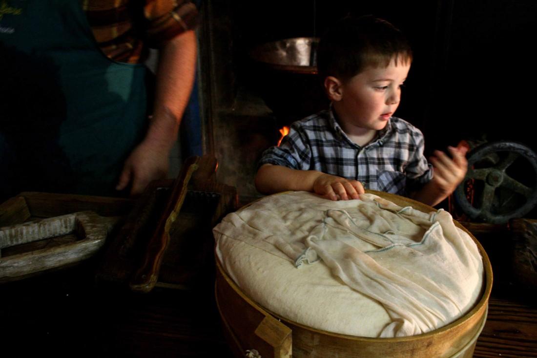 La lavorazione del formaggio del Monte Baldo-prodotti tipici