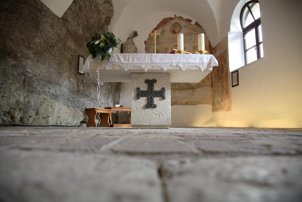 Altare-Eremo-S.-Colombano-AR-visitrovereto