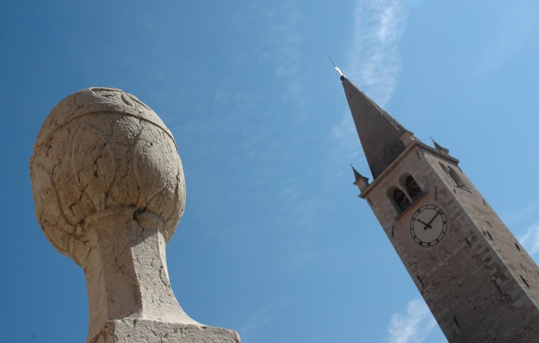 Dettaglio-fontana-e-campanile-Chiesa-S.-Pietro-e-Paolo-Brentonico-DI-visitrovereto-last minute