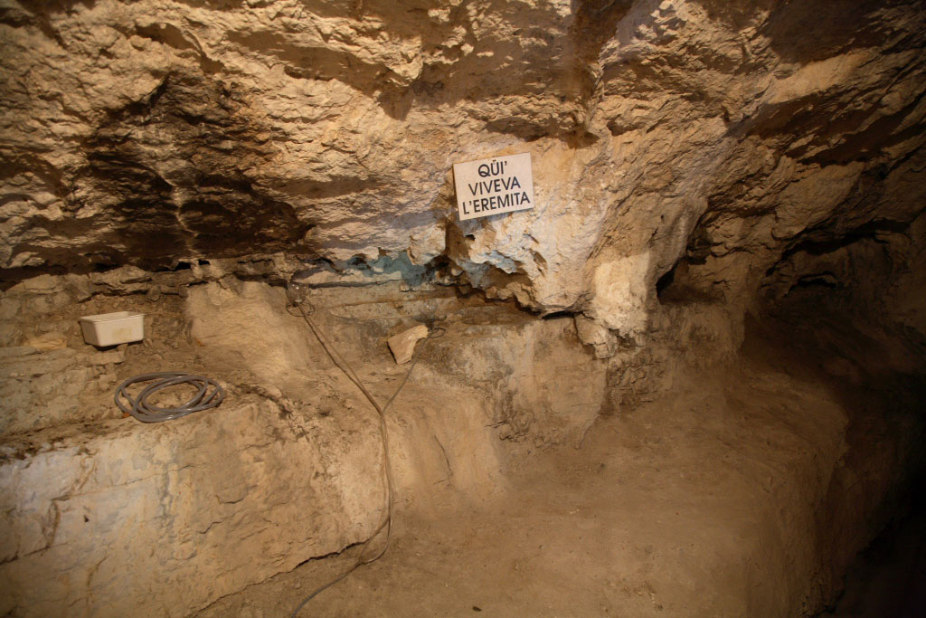 Grotta-dell-eremita-Eremo-S.-Colombano-AR-visitrovereto