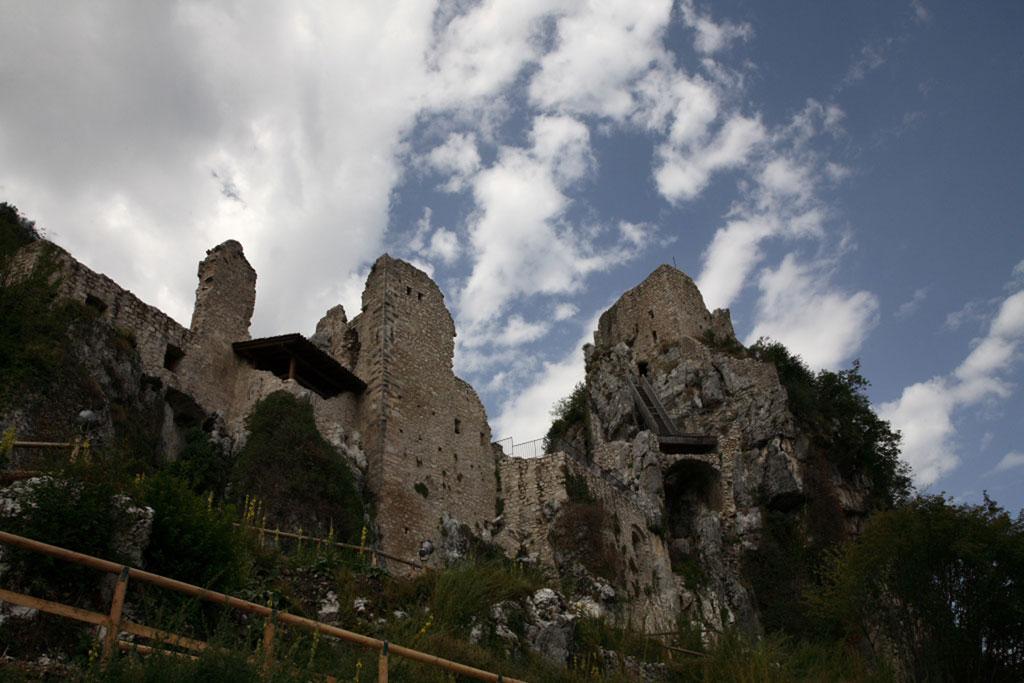 Castel Corno-Castelli e vigneti