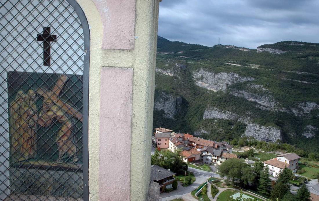 dettaglio-capitello-e-panorama-moscheri-Santuario-delle-salette-Moscheri-DI-visitrovereto