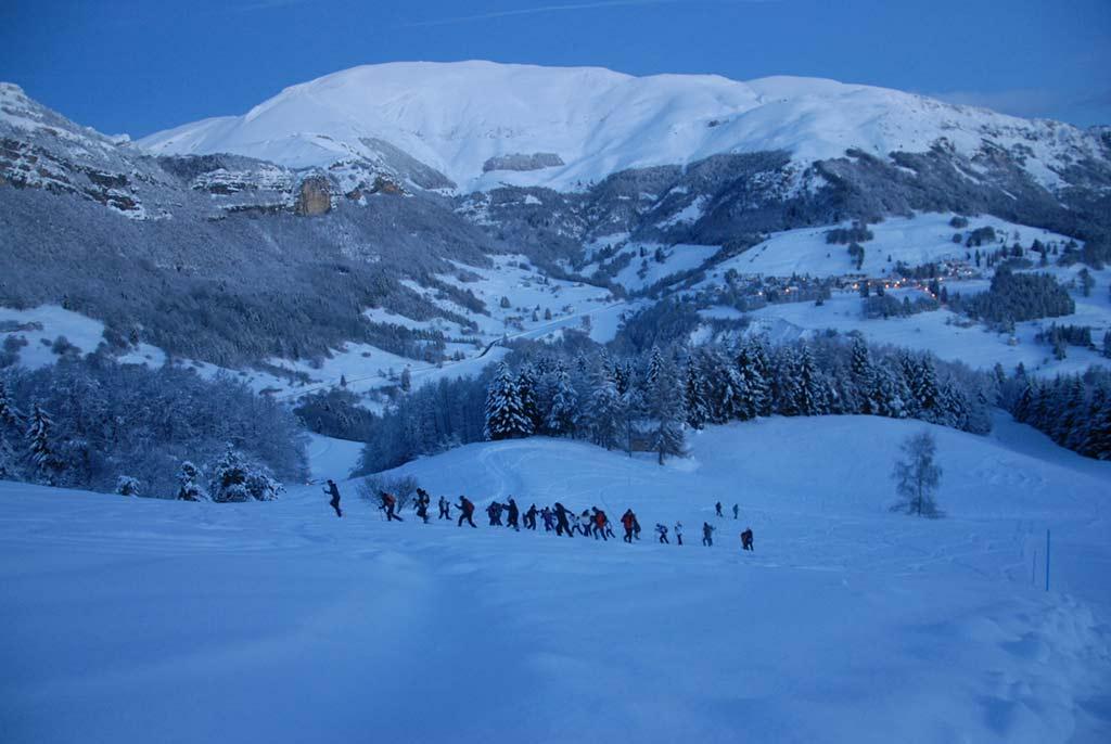 Salita con le ciaspole a Trentino ski sunrise