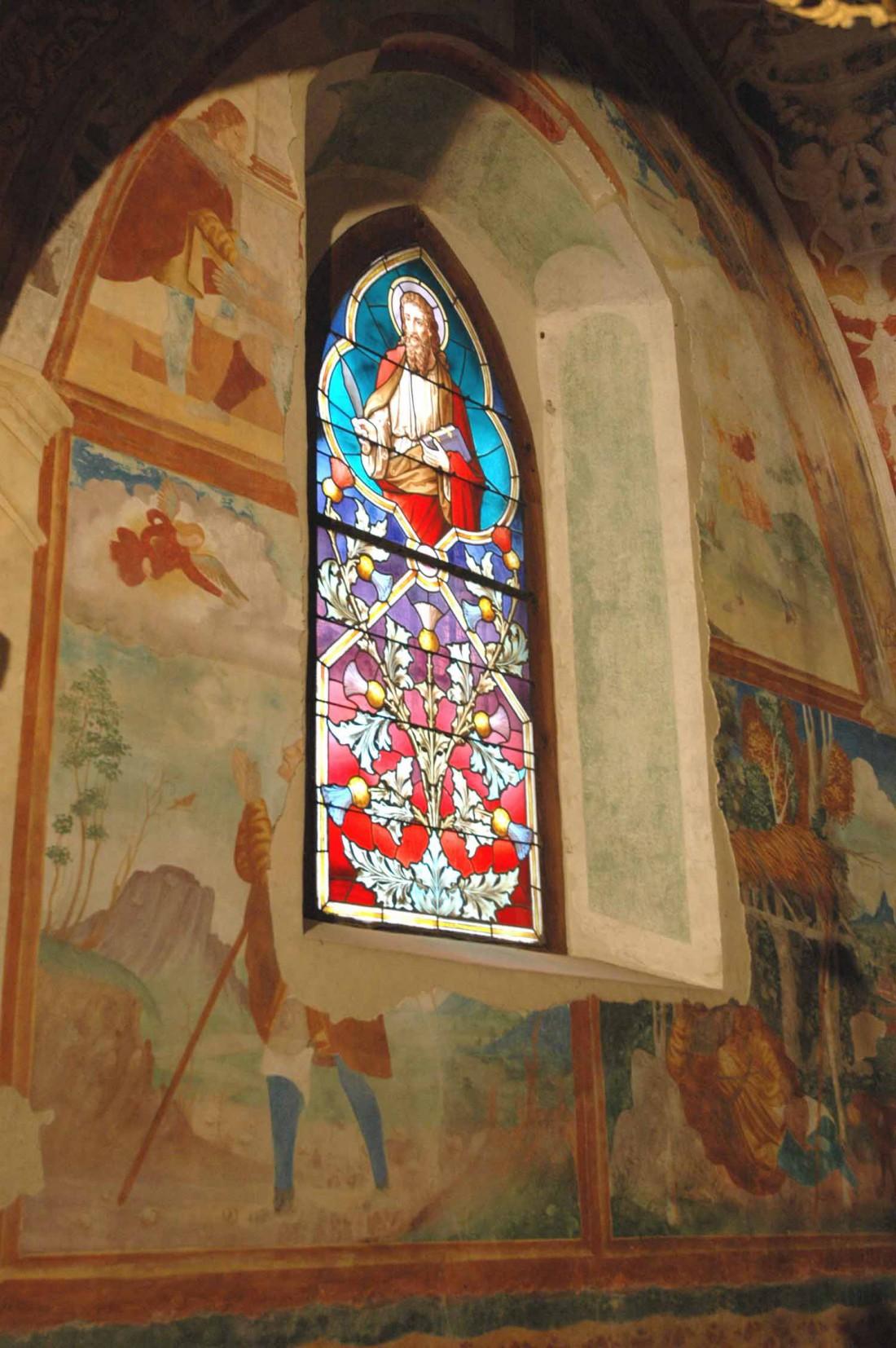 vetrata-colorata-Chiesa-di-S.Rocco-Volano-DI-visitrovereto