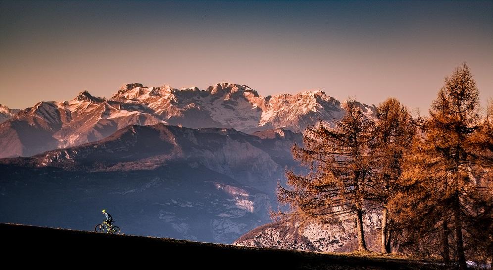 Ciclista sul Monte Creino foto di Tommaso Prugnola