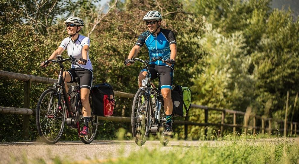 Ciclisti in sella lungo la ciclabile Adige in una foto di Tommaso Prugnola