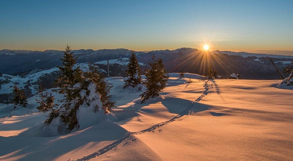 L'alba vista dalle piste innevate dell'Altopiano di Brentonico in una foto di Valentino Azzolini