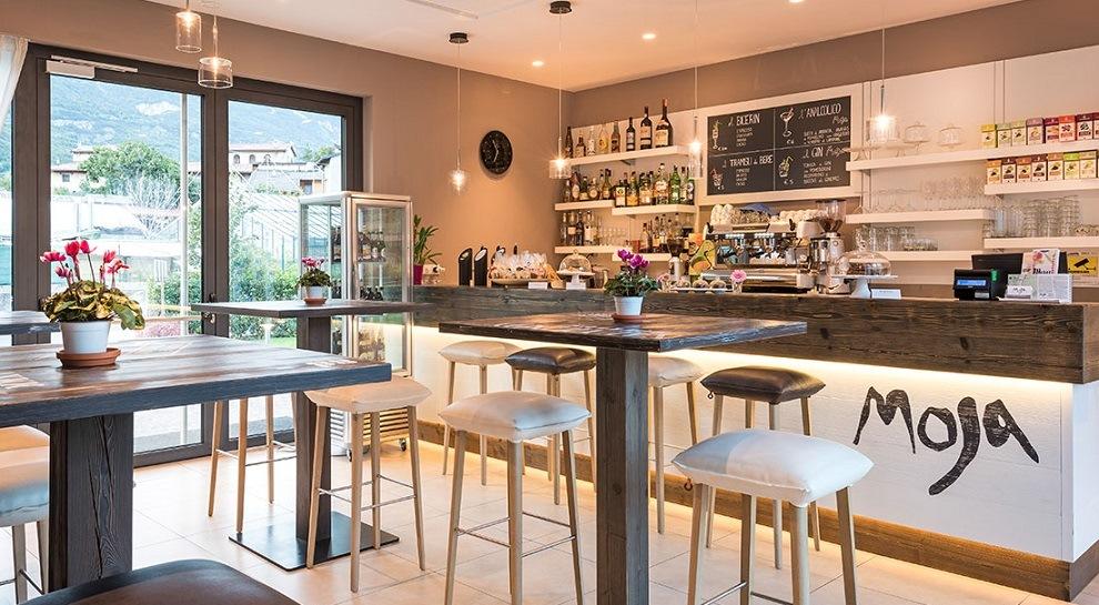 La sala interna del Ristorante Caffetteria Moja di Borgo Sacco